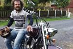 Kamil Bitta masíruje ligisty, jezdí na motorce, glavíruje a chová ovečky