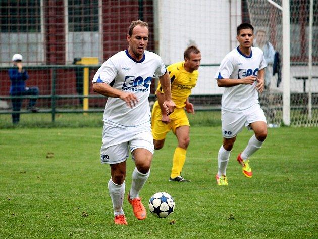 SK Beskyd Frenštát pod Radhoštěm ( v bílých dresech) doma nezvládl utkání s Krnovem a po třech brankách ve druhé půli podlehl soupeři 0:3.