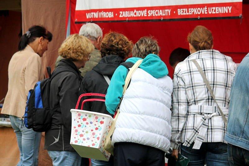 Na historicky první farmářský trh, který se konal v sobotu 20. září na hřišti v Lukavci, místní části Fulneku, si našli cestu prodejci i návštěvníci.
