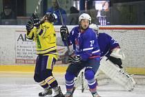 Druholigoví hokejisté Nového Jičína (v modrém Robin Gebauer) zakončili základní část třemi porážkami, ale už v sobotu jim začíná vrchol sezony v podobě startu play-off.