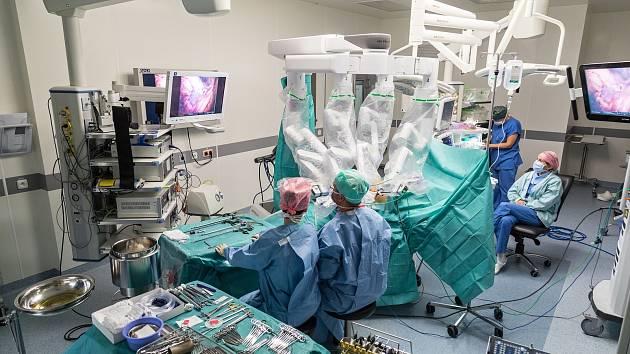Lékaři z celé Evropy se jezdí školit do Nemocnice Nový Jičín v robotických operacích na nejmodernějším robotickém přístroji DaVinci Xi.