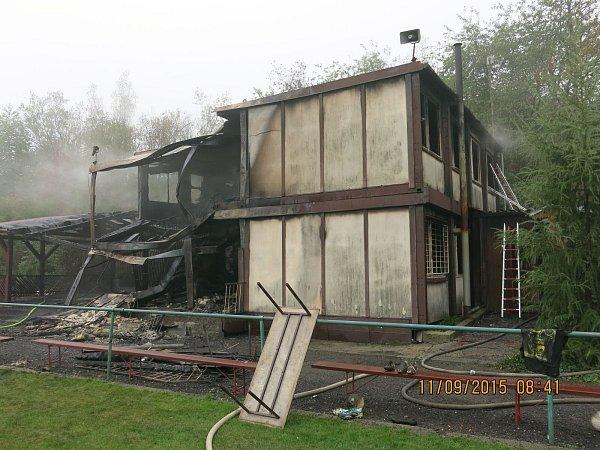 Boj hasičů splameny na hřišti FK Tísek trval déle než hodinu.