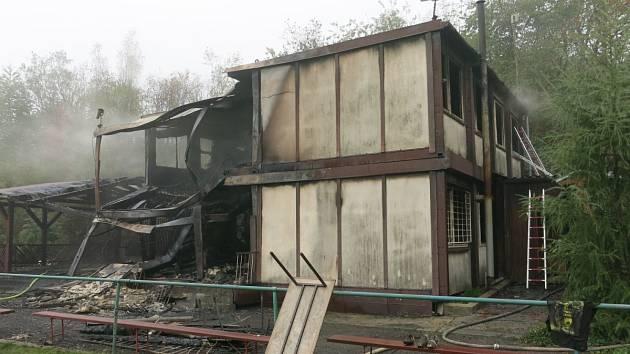 Boj hasičů s plameny na hřišti FK Tísek trval déle než hodinu.