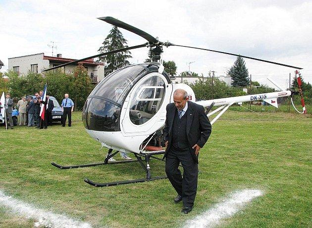 Loni se dostavil šenovský starosta Vladimír Demetre na zahájení Šenovského škrpálu malým vrtulníkem. Letos přijede symbolicky na jednom z bagrů, které pomáhaly odstraňovat následky ničivých povodní.