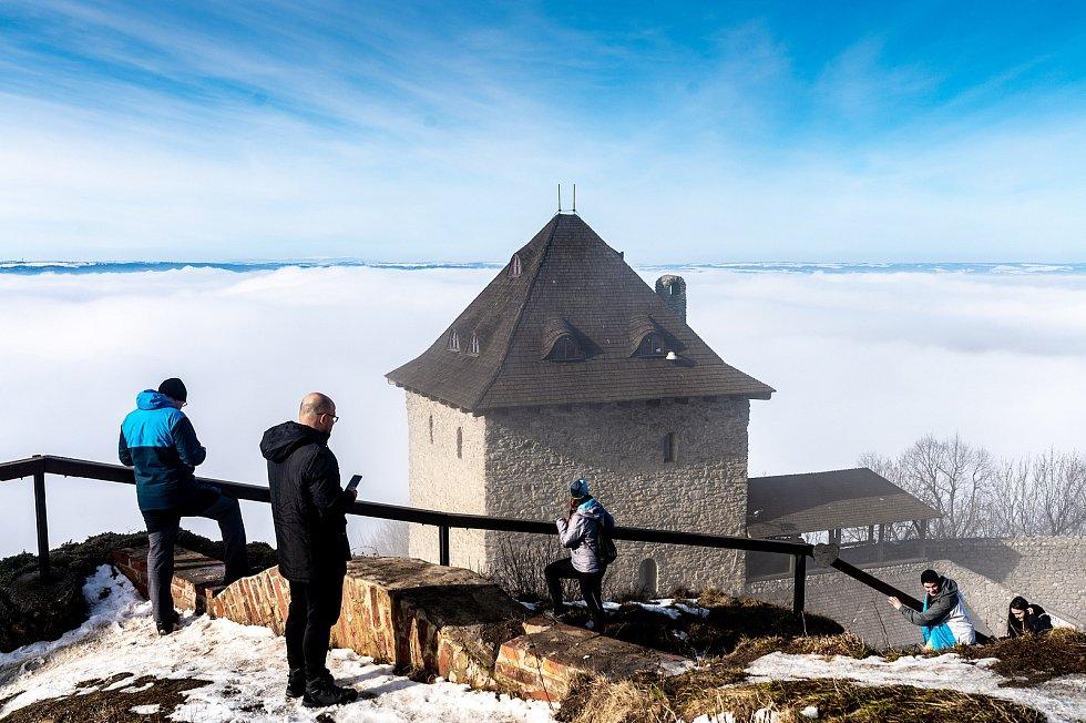 Lidé využili pěkného počasí k návštěvě zříceniny hradu Starý Jičín. Stále patří k oblíbeným místům turistických výletů.