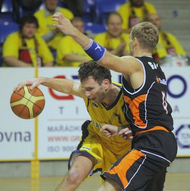 Třetí porážku v řadě na domácí palubovce utrpěli v sobotu opavští basketbalisté. V derby s Novým Jičínem se Klapetkovci drželi pouze v první čtvrtině.