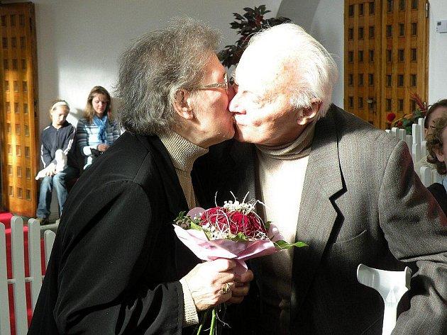 Manželé Zavřelovi si po sedmdesáti letech známosti, a pětašedesáti letech svazku, připomněli výročí své svatby.