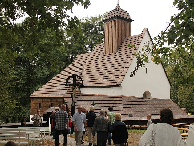 Dřevěný kostel svaté Kateřiny v Tamovicích u Štramberku se dočkal slavostního otevření po rozsáhlé rekonstrukci.