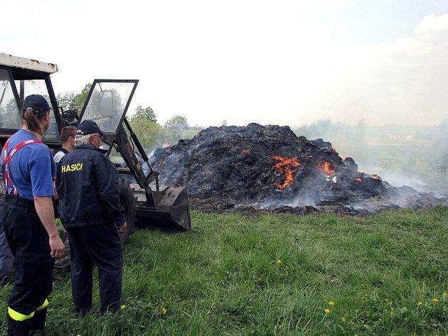 Od brzkých ranních hodin likvidují novojičínští hasiči požár uskladněné slámy v Kujavách.