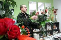 Květiny jsou nejčastějším atributem Valentýna. Své o tom ví i vedoucí Květinářství Klosovi Jan Klos (na snímku). Podle něj kupují zákazníci často květiny i na MDŽ a na Den matek.