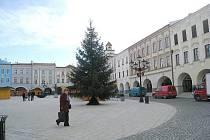 Rozsvícení vánočního stromu proběhne v Novém Jičíně v pátek 4. prosince. Zdejší náměstí obsadily letos pouze stylové dřevěné stánky.