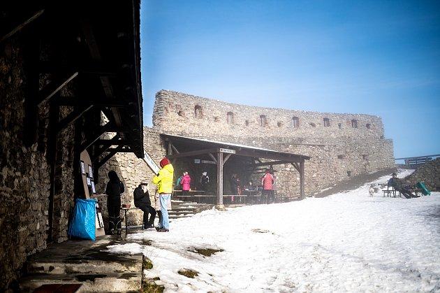 Lidé využili pěkného počasí knávštěvě zříceniny hradu Starý Jičín. 20.února 2021.