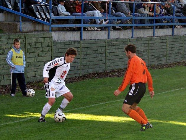 Dalibor Koštuřík z Fulneku (vpravo) bojuje o míč s Václavem Pilařem z Hradce Králové v utkání 11. kola druhé fotbalové ligy, ve kterém nakonec branka nepadla.