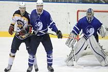 ODCHOVANEC novojičínského hokeje Jan Dresler (na snímku uprostřed vedle kapitána Kopřivnice Martina Tomáška) dohraje aktuální sezonu v dresu Poruby.