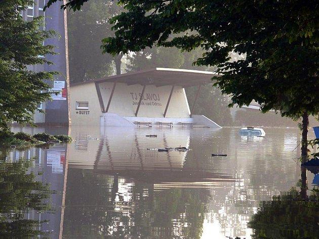 Areál jeseníku nad Odrou byl po povodni zcela pod vodou.
