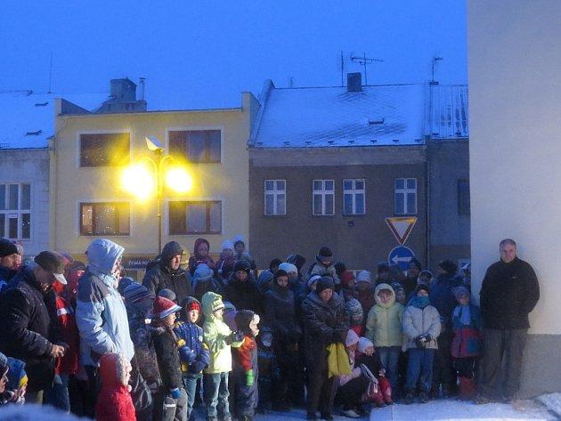 Obyvatelé Bílovce se den před Štědrým dnem sešli u kostela sv. Mikuláše a společně se vydali na pouť, na jejímž konci je čekaly jesličky s Jezulátkem.