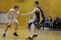 Basketbalisté Nového Jičína trénuji místo haly venku.