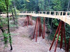 Až 16 metrů nad terénem bude Stezka v korunách stromů, kterou v těchto dnech buduje vybraná firma za areálem amfiteátru na Horečkách ve Frenštátě pod Radhoštěm.