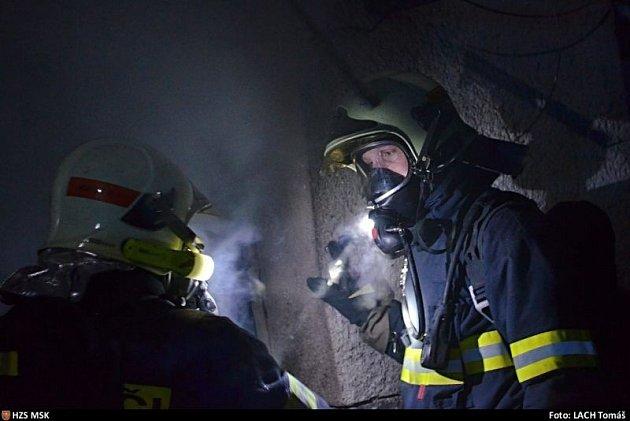 Pět jednotek hasičů zasahovalo v noci na sobotu u požáru dvoupatrové budovy v Bravanticích.