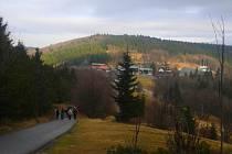 Vánoční svátky lidé tráví i v Beskydech. Na snímku hřebenová trasa mezi Pustevnami a vrcholem Radhošť.