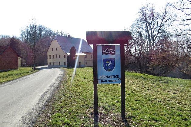 Bernartice nad Odrou byly za 2.světové války starousedlickou obcí, kde žili až na výjimky česky hovořící obyvatelé.
