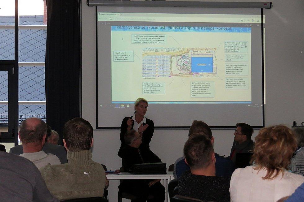 Snímek z veřejné diskuze k projektu zábavního parku v bílovecké knihovně v září 2017, které se zúčastnila asi třicítka zájemců.