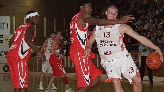 Joe Chapman a Rostislav Pelikán (č. 15) z Nového Jičína v souboji s Bervinem Sullivanem Phillipsem z BK Synthesia Pardubice.