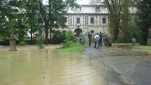 Starobylý most přes říčku k zámku v Bravanticích byl jednou z hlavních příčin velkých záplav minulý pátek i před deseti lety. Pár hodin po pořízení snímku most strhl proud.