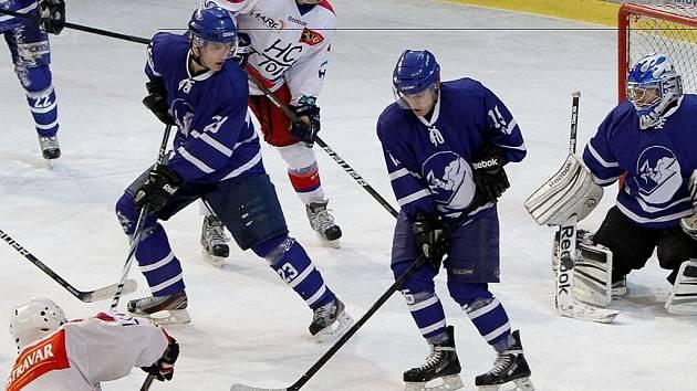 Novojičínští hokejisté (v modrém) nenavázali na ledě Poruby na devítizápasovou sérii vítězství.