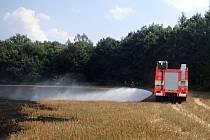 Požár strniště likvidovali hasiči v Mošnově. Hasiči zabránili rozšíření požáru do lesa.