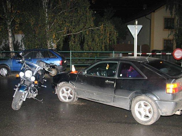 Při nárazu se těžce zranil motorkář.