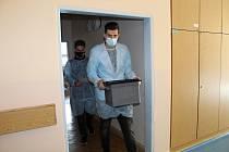 Filip Mitan a Dan Šmajstrla (s urnou) přišli v první den voleb odpoledne za voliči do novojičínské nemocnice.