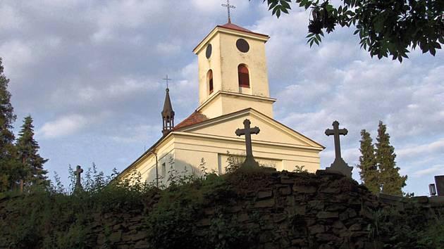 Dominantou obce Kujavy je empírový kostel svatého Michaela archanděla.