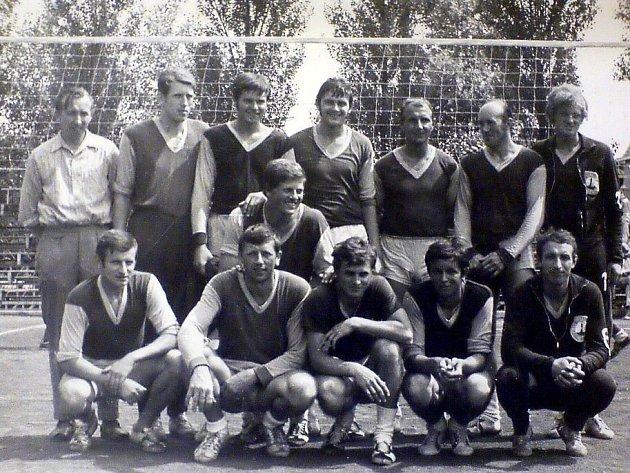 Muži TJ Kotouč Štramberk, kteří v 60. letech minulého století hrávali 1. ligu volejbalu.