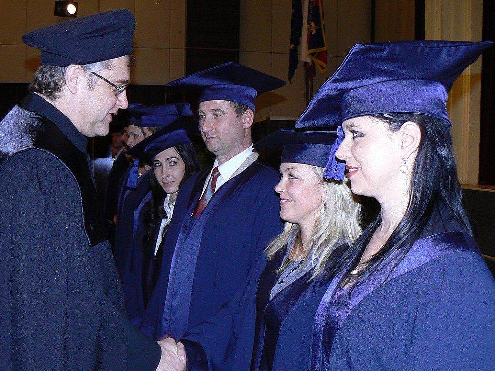 Čerstvým pětadvaceti bakalářům gratuloval ke získání titulu ve Studénce tamní starosta Ladislav Honusek.