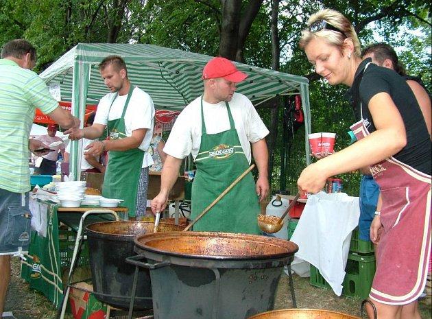 Uvařit ten nejlepší guláš není jen tak. O sympatie poroty se pokoušela i Markéta Krejčí z Frenštátu, která vsadila na hovězí guláš na pivu.