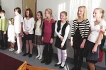 Vítání občánků v Jeseníku nad Odrou má dlouholetou tradici. Rodiče s nedávno narozenými dětmi přivítal předseda komise pro občanské záležitosti Petr Šnajdárek (vlevo v pozadí) a zazpívaly jim děti ze školy.