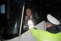 Na řidiče autobusu se v pondělí ráno zaměřili policisté. U dvou řidičů zjistili při dechové zkoušce požití alkoholu.