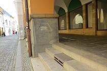 Nenápadné šipky jsou na fásádě domu v ulici 28. října téměř 80 let.
