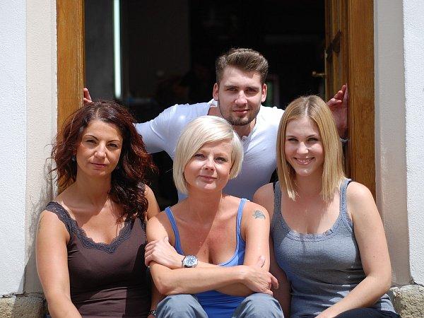 Tým profesionálních kadeřníků salonu Ilove studio. Zleva Jana Grussmannová, nahoře David Rek, pod ním Lidka Řeháková, zcela vpravo Sabina Böhmová.