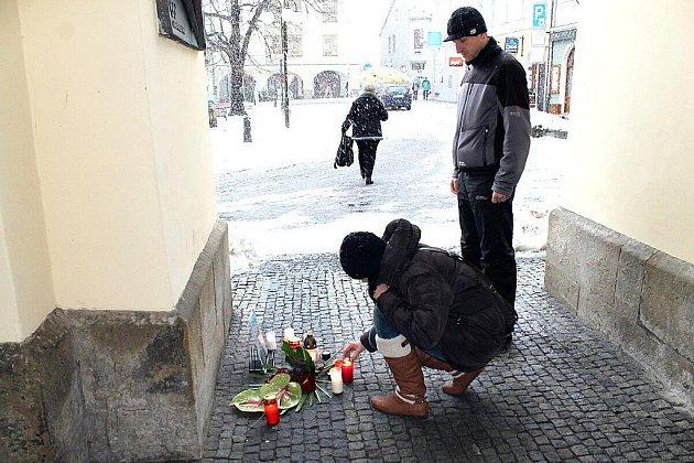 Pietní místo věnované zesnulému Jiřímu Raškovi od pátečního rána navštěvovali lidé, z nichž někteří zapálili svíčku. Ve vestibulu radnice město přichystalo kondolenční listiny.