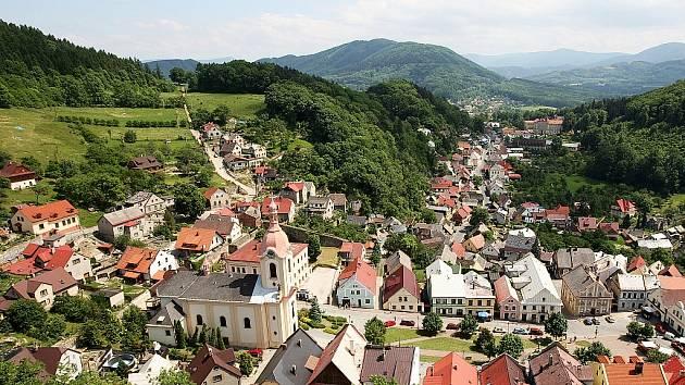 Současný pohled na centrum Štramberka a nedaleké Beskdy s Radhoštěm.