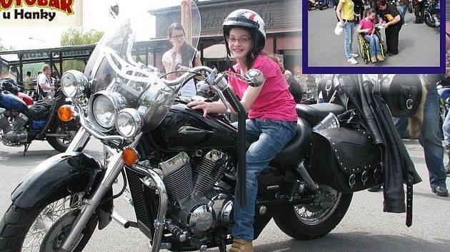 Sabinka si mohla vyzkoušet, jaké to je, sedět na motorce. Na fotce ve výřezu jí předává Hanka Honová vybrané peníze.