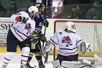 Novojičínské hokejisty (v bílém) čeká před sobotním startem play-off ještě poslední duel základní části.