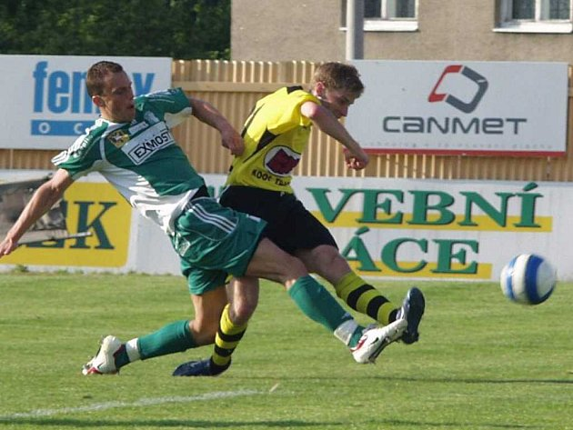 Fotbalisté Jakubčovic vyhráli. Jan Svatonský (ve světlém) se sice gólově neprosadil, zastoupili ho ale jiní.