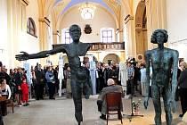 Po více než padesáti letech se slavný sochař Olbram Zoubek podíval do Fulneku na místo, kde vytvořil svou první práci. Pak zahájil vernisáž svých soch ve fulneckém kostele svatého Josefa.