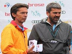 Předseda frenštátského skoku na lyžích Roman Klíma (vlevo) spolu s bývalým reprezentantem Jaroslavem Sakalou.