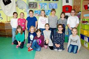 Dívky z první třídy ze základní školy v Jistebníku.