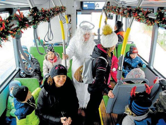 Děti z novojičínských mateřských škol v úterý sváželi čerti s andělem na oblíbenou akci Den s Mikulášem, a to ve zcela novém elektrobuse.