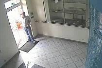 Novojičínští policisté pátrají po muži, který ve středu 12. srpna vykradl trezor firmy sídlící v Suchdole nad Odrou. Odcizil finanční hotovost a platební kartu s PIN kódem, z které poté vybrat dalších šedesát tisíc korun.